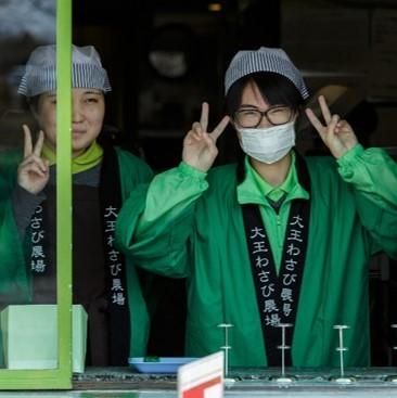 רופאה יפנית עם מסיכה