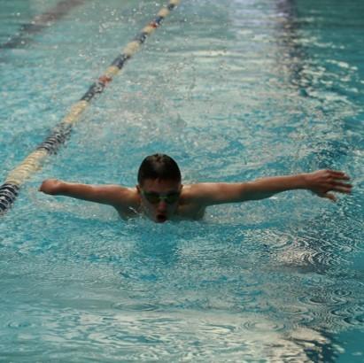 שחיין עם זרוע ימין קטועה