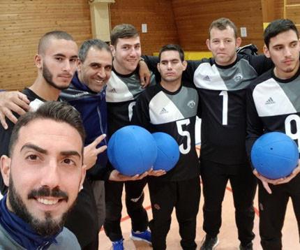 קבוצת ספורטאים לקויי ראייה מחזיקים כדורישער