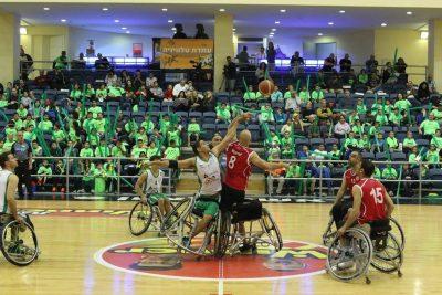 שני כדורסלנים בכסאות גלגלים בזריקת הפתיחה