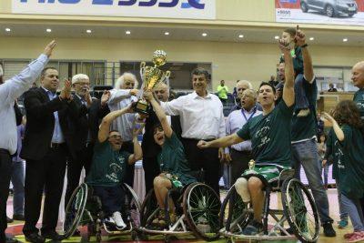 ספורטאים בכסאות גלגלים במעמד הענקת גביע