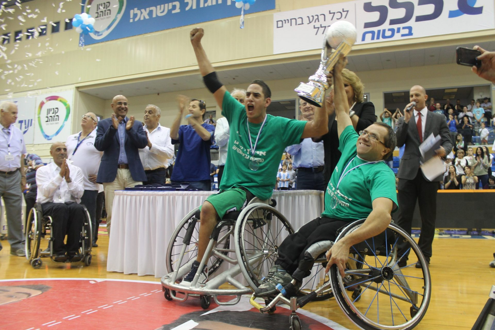 מעמד הנפת גביע של ספורטאים עם כסאות גלגלים