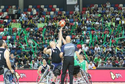 זריקת פתיחה במשחק כדורסל בכסאות גלגלים
