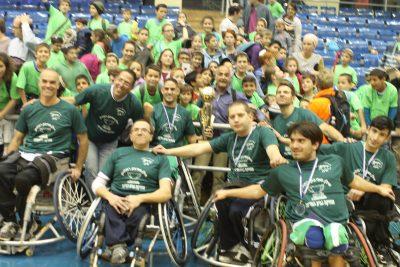 ספורטאים על כסאות גלגלים וגביע מצטלמים עם הקהל