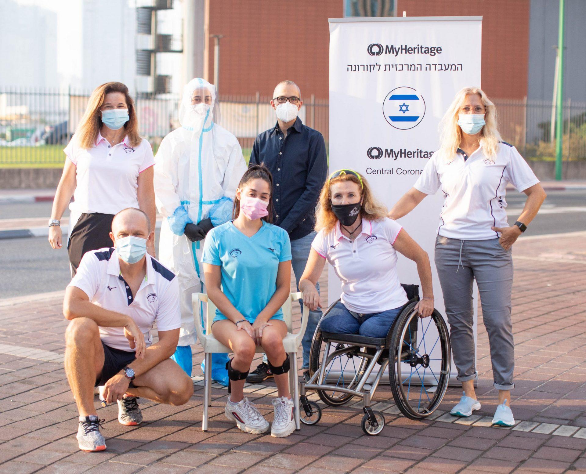 ספורטאי משלחת ישראל בקיאקים עומדים ב 2 שורות עם רולאפ של חברת מייהריטג