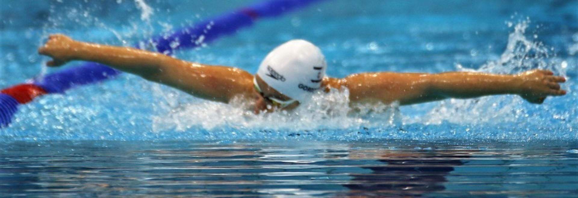 שחיינית שוחה בסגנון פרפר
