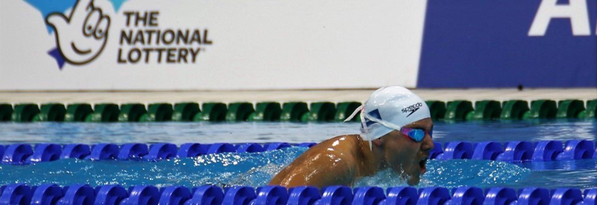 שחיין שוחה בסגנון חזה