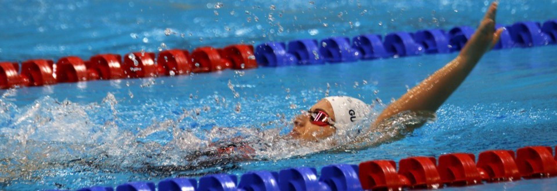 שחיינית שוחה בסגנון גב