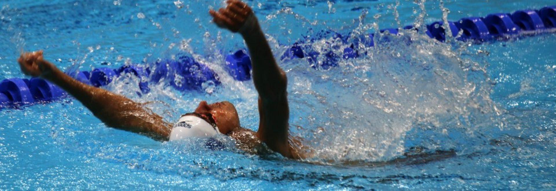 איאד שלאבי שוחה בסגנון גב