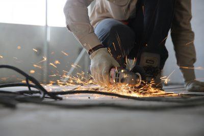 פועל משתמש בכלי לחיתוך ברזל